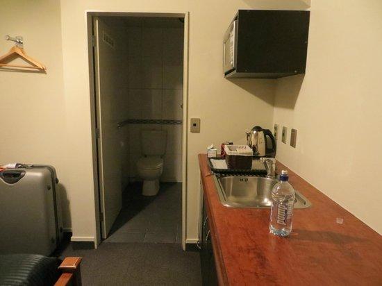 Airport Motel: kitchen