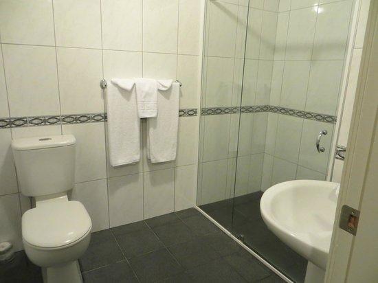 Airport Motel: bathroom