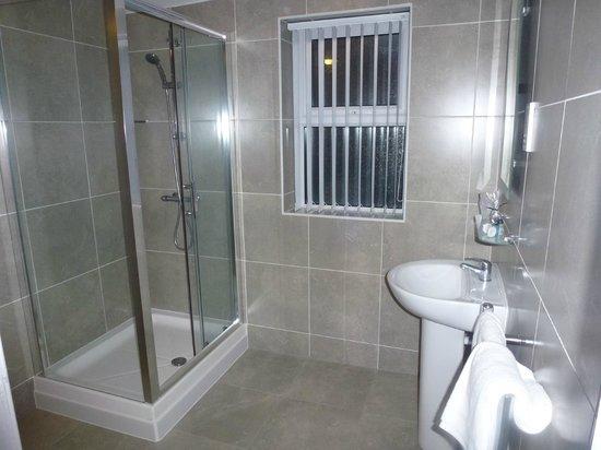 Orrell Park Hotel: Bathroom with shower
