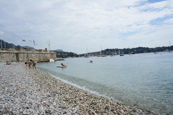 Hotel de la Darse: пляж рядом с отелем