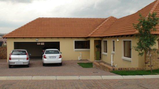 Topaz Cove Luxury Villas: Double Garage and ample parking outside each villa