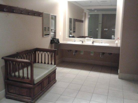 Rimrock Resort Hotel: Pool/Spa Change Room