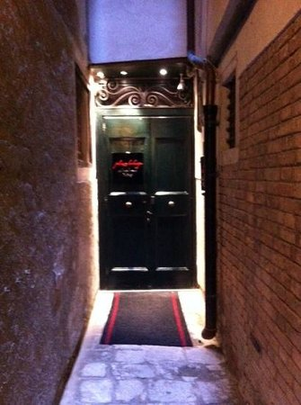 Hotel Palazzo Barbarigo Sul Canal Grande: the small alleyway front entrance (small price to pay)
