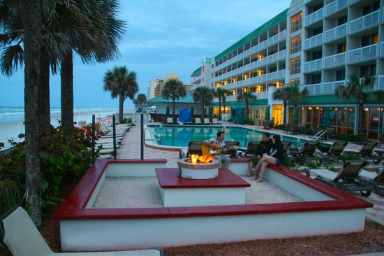 Daytona Beach Resort and Conference Center: Fire Pit at sunset