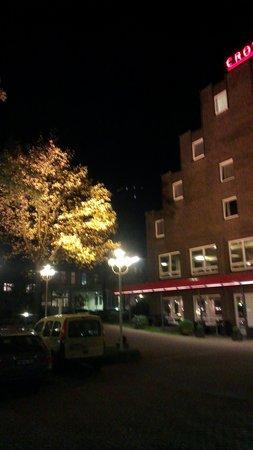 Crowne Plaza Hamburg - City Alster: Hotel mit  Abendbeleuchtung...