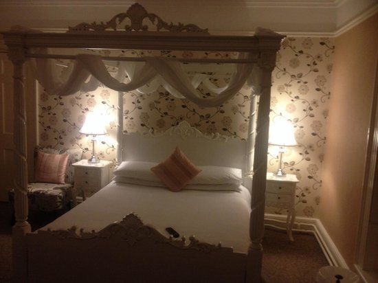 Hedgefield House Hotel: 4 poster room