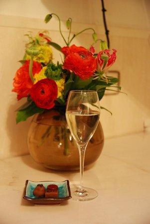 misc eatdrinksleep: Каждому постояльцу шампанское и конфеты))) свежие цветы каждый день