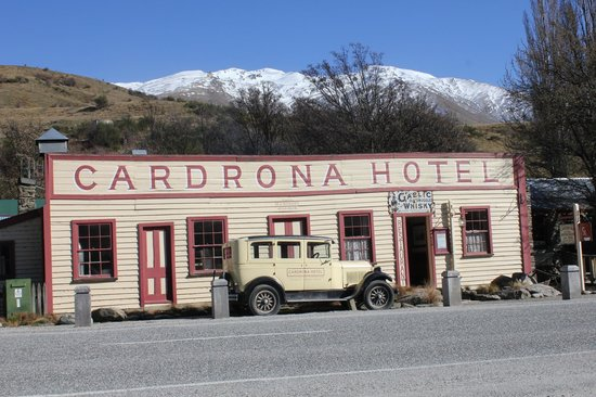 Cardrona Hotel: The front of the hotel