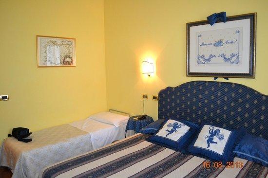Casa Villa Gardenia: Номер оформлен в синих тонах