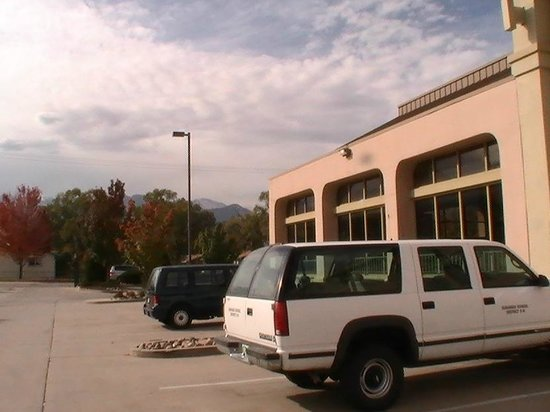 Quality Inn South: this is the view of the mountains from the hotel parking lot