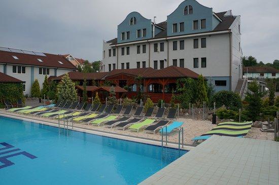 Silver Hotel Conference & Spa: Hotel od strony basenu