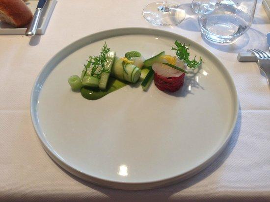 KOMMILFOO: Lunch: Voorgerecht Rundstartaar met Carpaccio van St. Jacobsschelpen, met kommkommer variaties