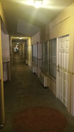 Boardwalk Beach Resort Hotel & Convention Center: Hotel rooms aisle. Doesn't this look like a cheap Motel ?