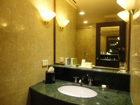 Marco Polo Davao: clean bathroom