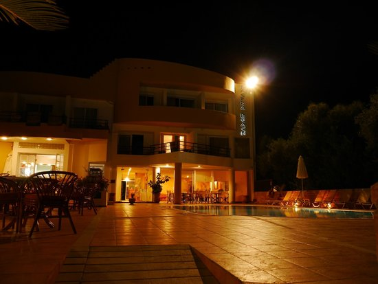 Faedra Beach Hotel : Вечером