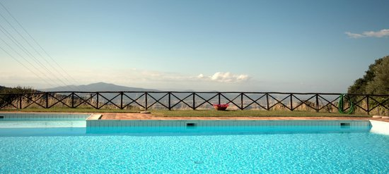 Residence Il Ciliegio : The overview at the poolside