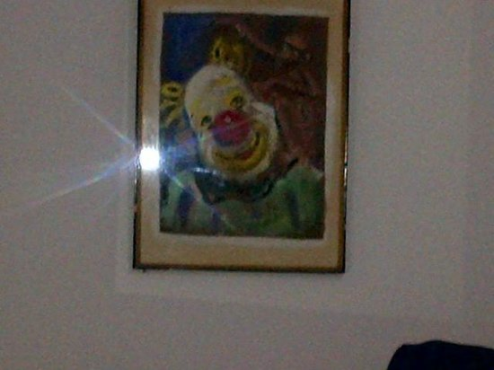 Residencia Miami Hotel: scary clown and monkey painting in room 15
