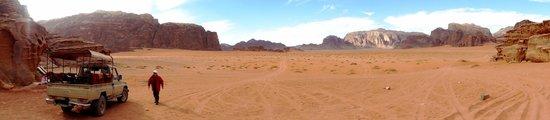 Desert Moon Camp - Day Tours: Nosso 4x4 no meio do deserto de Wadi Rum: incrível!