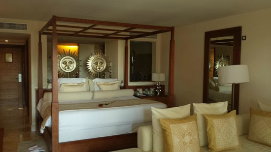 Excellence Playa Mujeres: Beautiful bed
