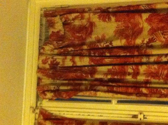 Hotel de Dieppe: Les rideaux!
