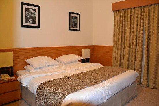 Ramada Hotel and Suites Ajman: Спальня в сьюте