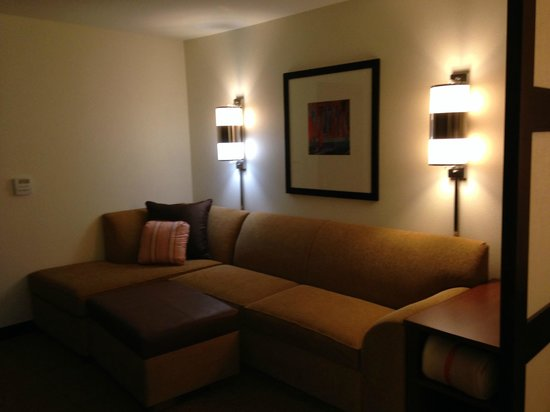 Hyatt Place Riverside Downtown : Lounging area with giant sofa