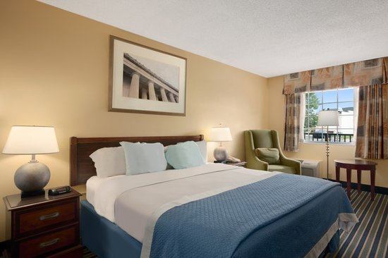 Days Inn Towson: King room