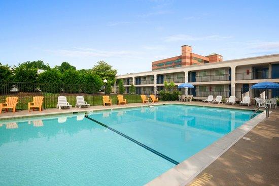 Days Inn Towson: Outdoor Pool