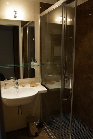 Floris Hotel: Bathroom