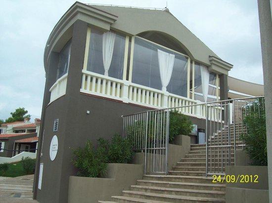 Park Plaza Histria Pula: Ресторан на берегу моря.