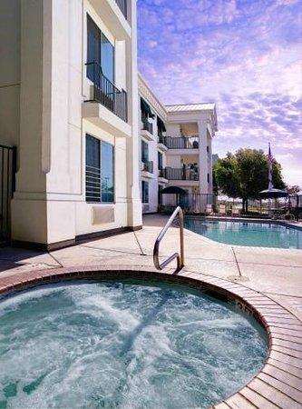 Sequoia Inn: Outdoor swimming pool & hot tub