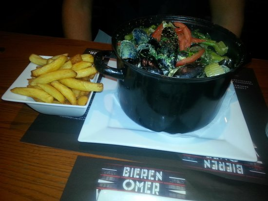 La Fontaine: Moules in curry sauce with frites