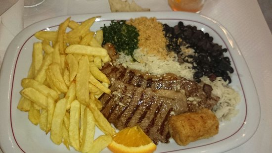Villeparisis, Francja: Plats brésilien ( cahenas je crois) viande grillée riz haricots rouges frites maison et banane g