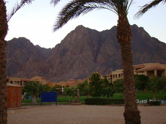 Swiss Inn Dream Resort Taba : Mountains view from beach side