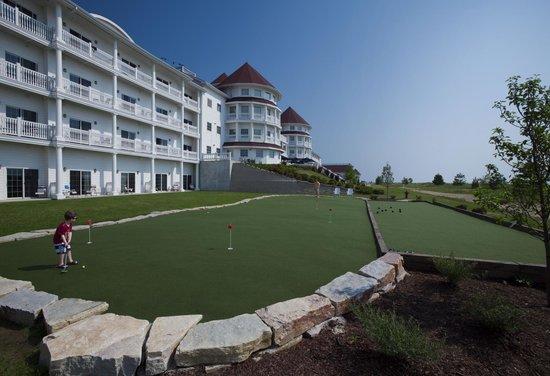 Blue Harbor Resort: Lakeside putting green