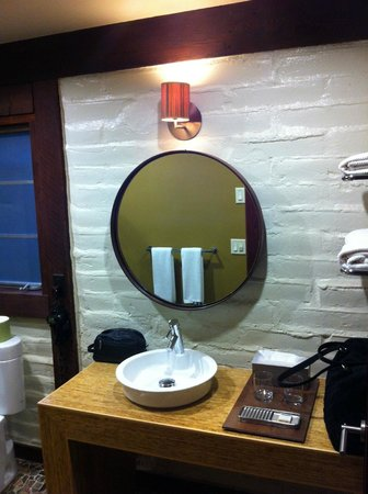 Glen Oaks Big Sur : Woodsy, cool bathroom style