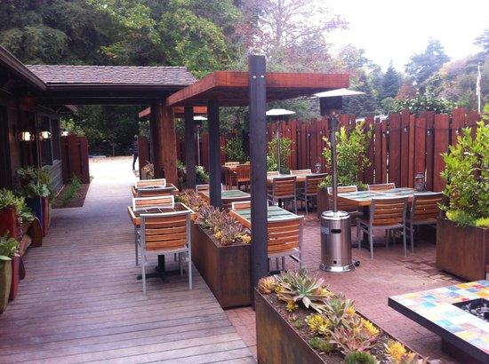 Glen Oaks Big Sur : Roadhouse Restaurant across the street