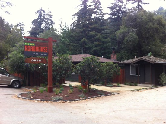 Glen Oaks Big Sur : Roadhouse from the street
