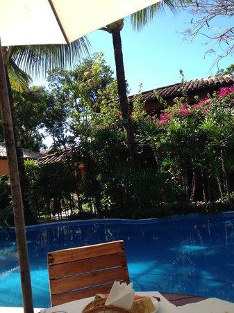 Pousada Coqueiros: Desayunando junto a la piscina