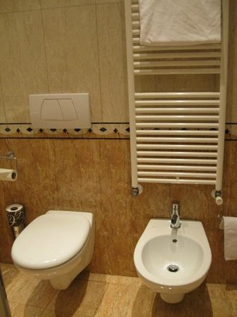 Ca' Gottardi: Large, clean bathroom including bidet!
