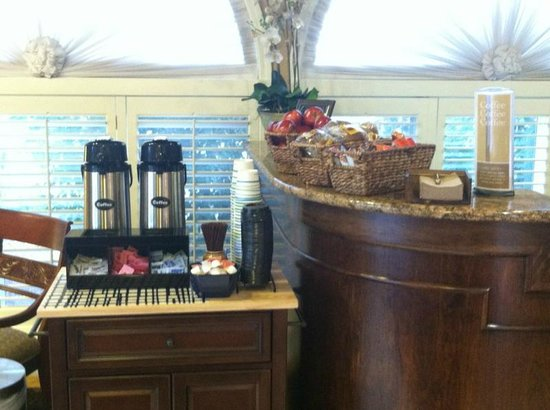 Best Western Merrimack Valley: Breakfast on the go in the Lobby Monday - Friday 6am-9am