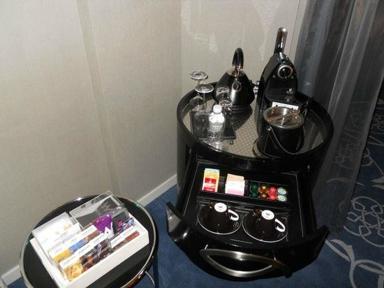 W Doha Hotel & Residences: Coffee station and minibar in room