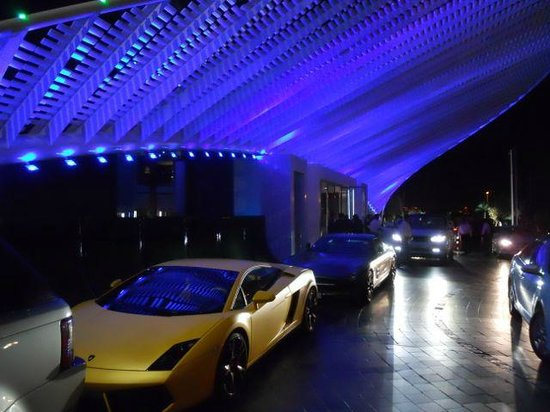 W Doha Hotel & Residences: Entrance with sports cars