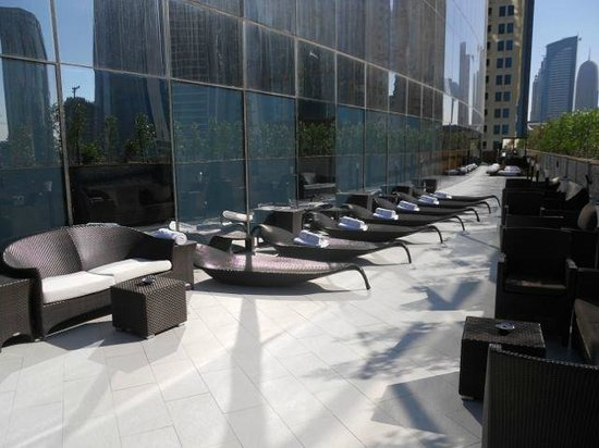 W Doha Hotel & Residences: Sunning station at the poolside