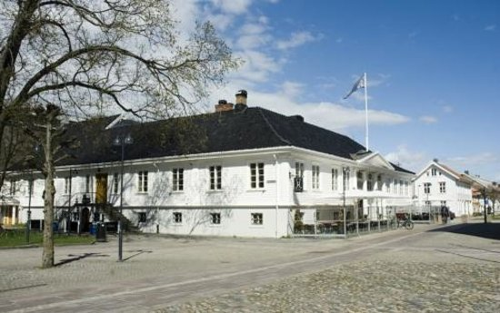 Handverkeren Restaurant & Pub: Our historic building, seen from the town square!