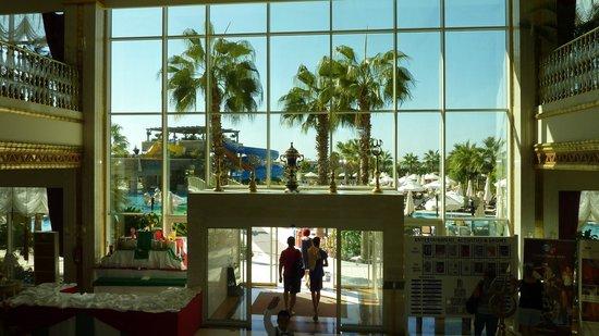 Crystal Palace Luxury Resort & Spa: Vy från receptionen