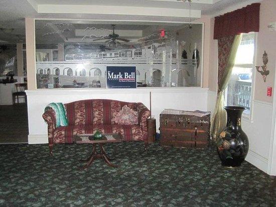 The Hotel Redland: lobby