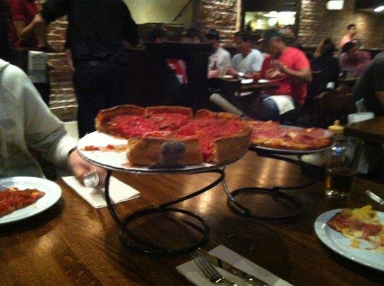 Patxi's Chicago Pizza: links Chicago Style, rechts glutenfree Hawai