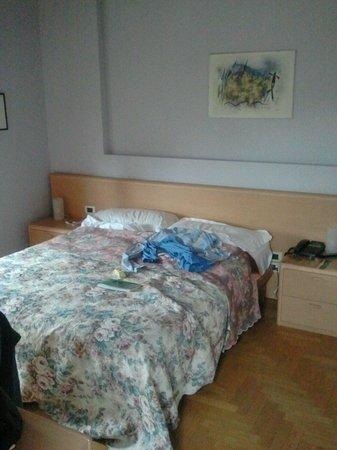 La Ferte Restaurant and Suites: camera mansarda. con pigiama