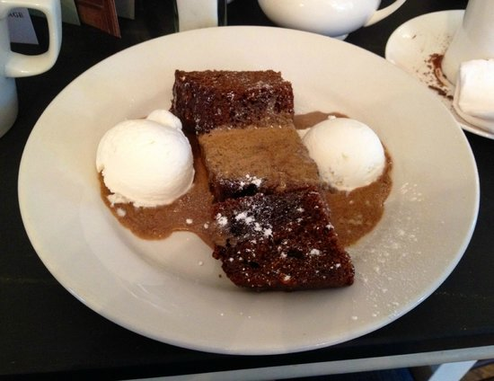 Baldry's Tea Room: Hot ginger pudding with rum butter sauce and ice cream
